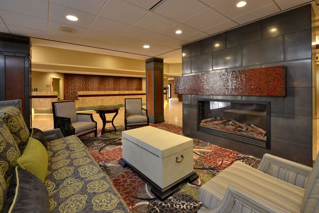 Best Western Premier Waterfront Hotel & Convention Center - Enjoy the fireplace while relaxing in the comfortable lobby living room area.
