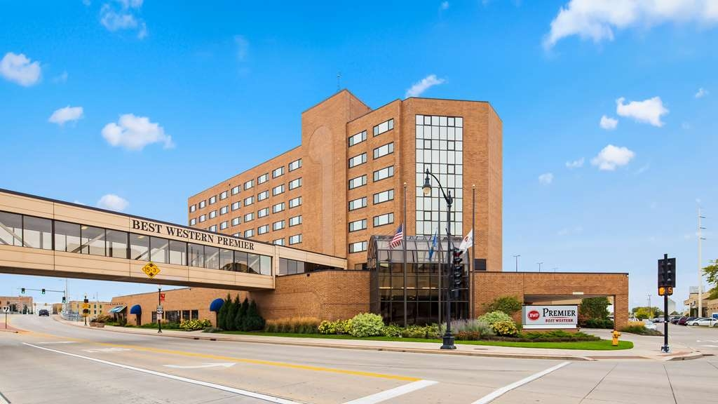 Best Western Premier Waterfront Hotel & Convention Center - The Best Western Premier Waterfront Hotel is connected by sky walk to the Oshkosh Convention Center. The hotel is perfect for hosting conventions, meetings, weddings and other social or business events.