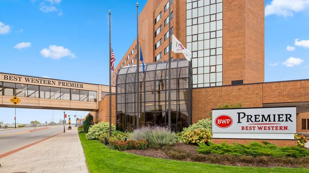 Best Western Premier Waterfront Hotel & Convention Center - The Best Western Premier Waterfront Hotel and Convention Center is located in downtown Oshkosh and nestled on the banks of the historic Fox River.