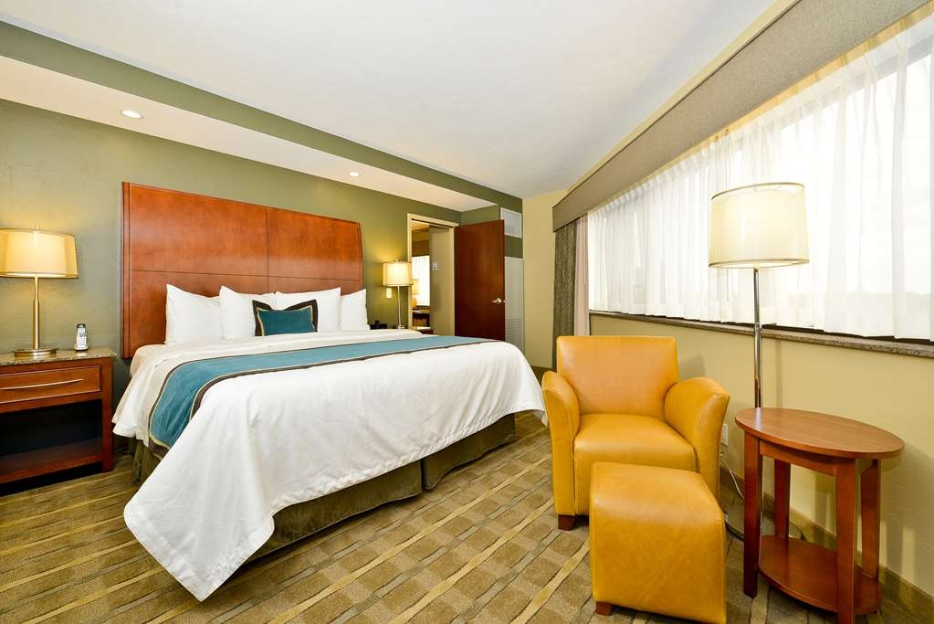 Best Western Premier Waterfront Hotel & Convention Center - The two room whirlpool/fireplace suite offers many amenities including a king bed with pillow top mattress and wonderful view of the river.