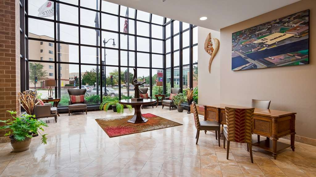 Best Western Premier Waterfront Hotel & Convention Center - The spacious and bright lobby atrium offers an exciting panoramic view of Main Street and downtown Oshkosh.