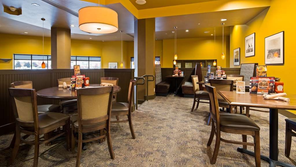Best Western Premier Waterfront Hotel & Convention Center - Visit our on-sight restaurant and bar, the Ground Round® at River's Edge, for a casual dining experience.