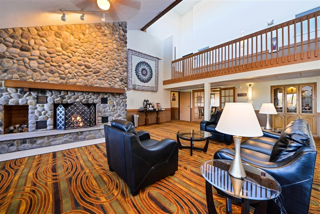 Best Western Germantown Inn - Enjoy the fireplace in the lobby while you are waiting for family members to arrive.