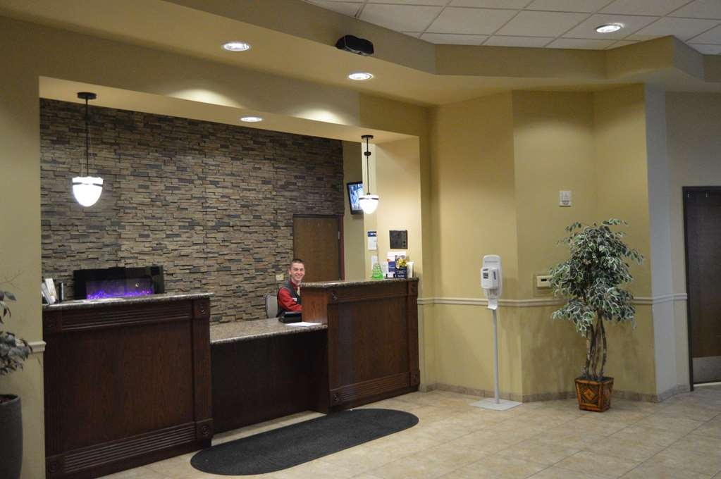 Best Western Plus Campus Inn - Warm welcome at our 24 hours reception desk!