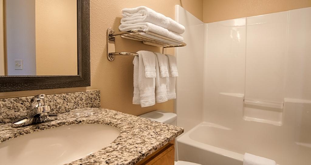 Best Western Plus Wausau-Rothschild Hotel - Guest Bathroom