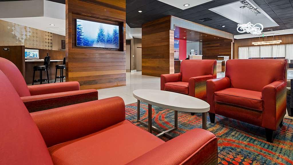 Best Western Premier Milwaukee-Brookfield Hotel & Suites - First impressions are the most important, and our chic lobby is no exception to that rule.