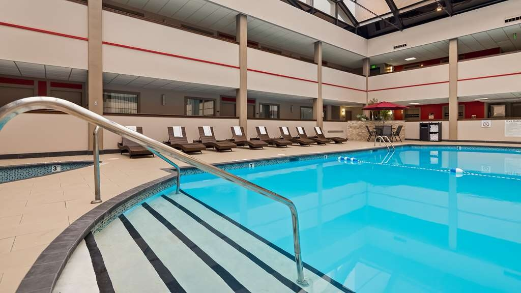 Best Western Premier Milwaukee-Brookfield Hotel & Suites - Don't let the weather stop you from jumping in. Our indoor pool is heated year-round for you and your friends.