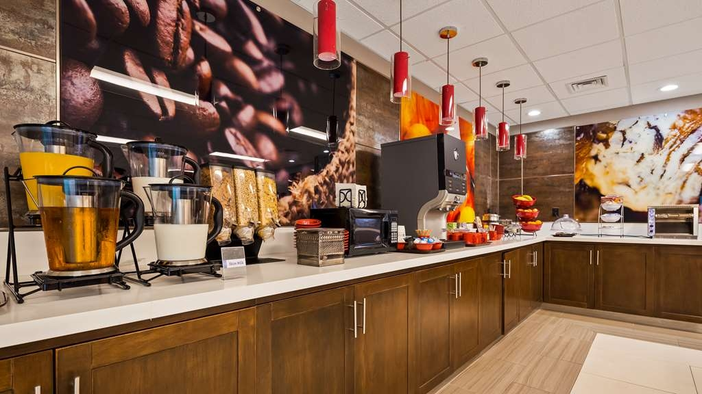 Best Western Premier Milwaukee-Brookfield Hotel & Suites - Enjoy a balanced and delicious breakfast with choices for everyone.
