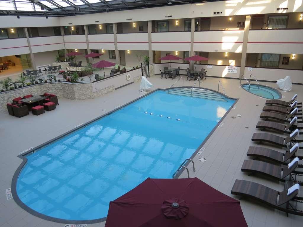 Best Western Premier Milwaukee-Brookfield Hotel & Suites - Poolansicht