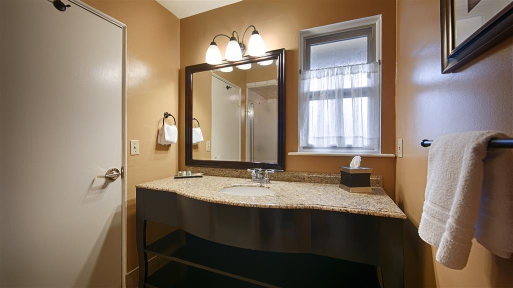 Best Western Carmel's Town House Lodge - Enjoy getting ready for a day of adventure in this fully equipped guest bathroom.