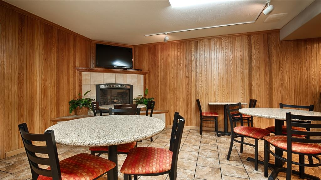 Best Western Plus Humboldt Bay Inn - Sit down and enjoy the morning news while sipping a delicious cup of coffee.