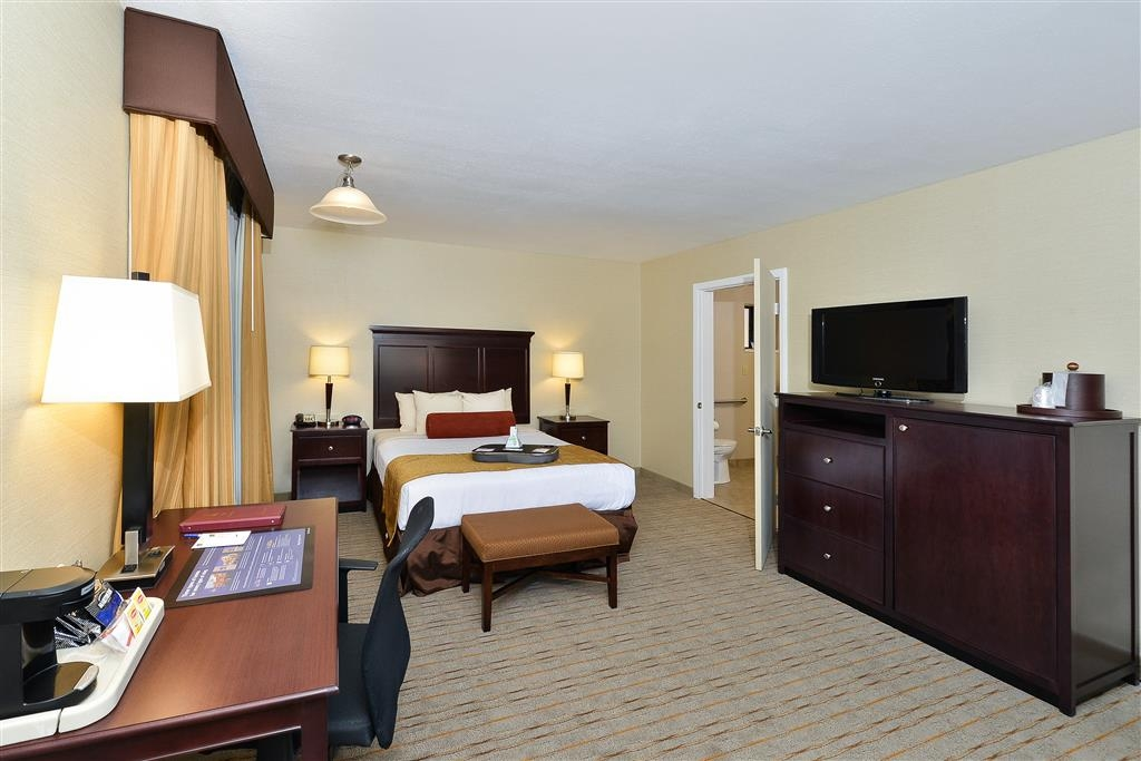 Best Western Plus Frontier Motel - This spacious queen mobility accessible room features communication assistance and a bathtub for your convenience.