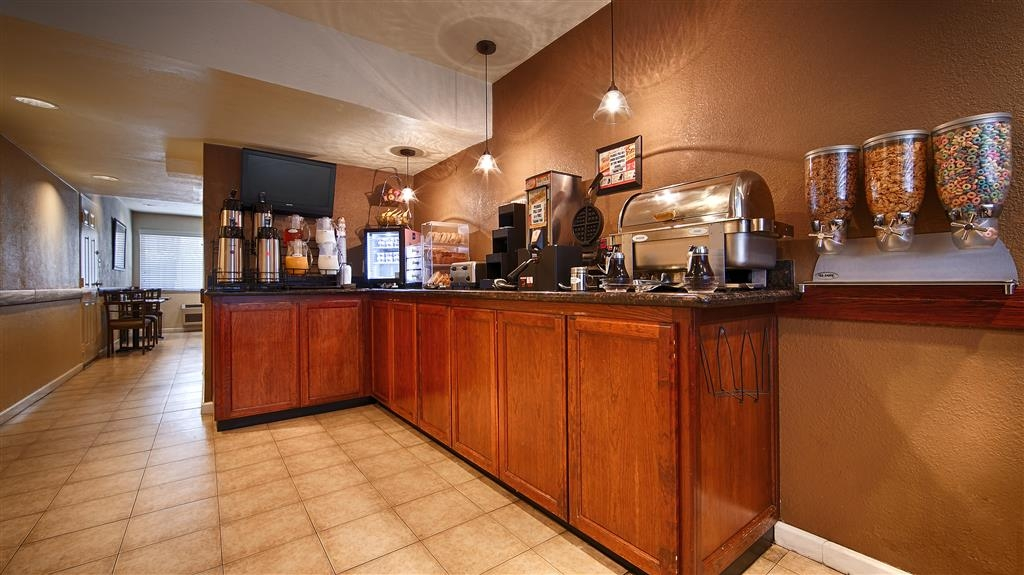 Best Western Town House Lodge - Sit down and enjoy the morning news while sipping a delicious cup of coffee.