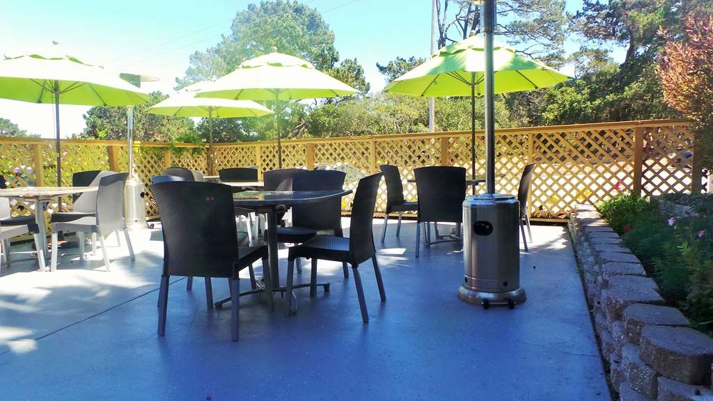 Best Western Park Crest Inn - Relax and enjoy the outdoors in our Outdoor Seating Area