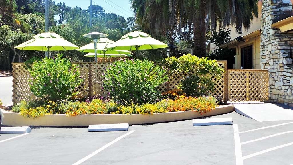 Best Western Park Crest Inn - Enjoy our outdoor sitting area