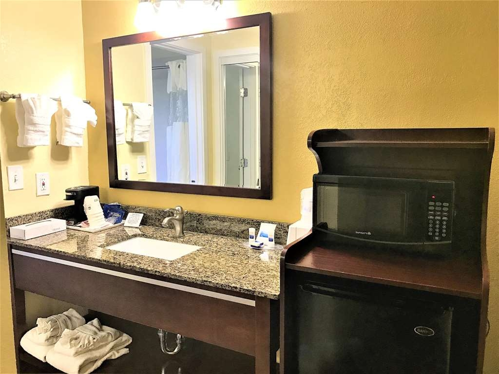 Best Western Park Crest Inn - Enjoy some extra counter space with the Two Queen Guest Room Vanity.