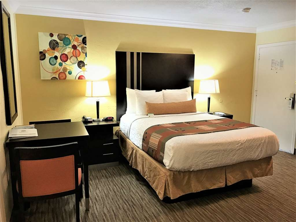 Best Western Park Crest Inn - Stretch out and relax in the Two Bedroom Suite.