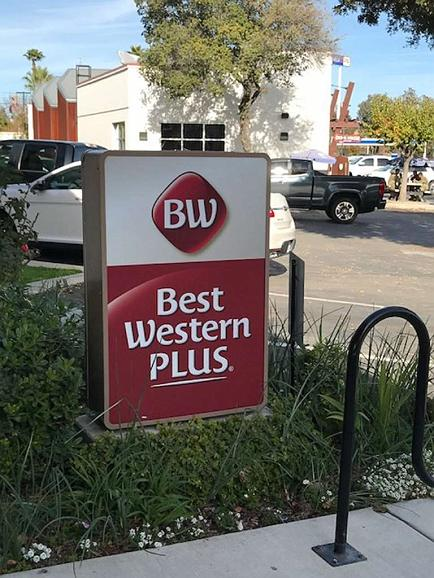 Best Western Plus Black Oak - Facciata dell'albergo