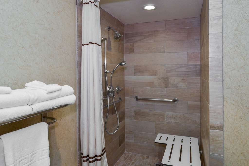 Best Western Plus Black Oak - Superior king accessible roll in shower