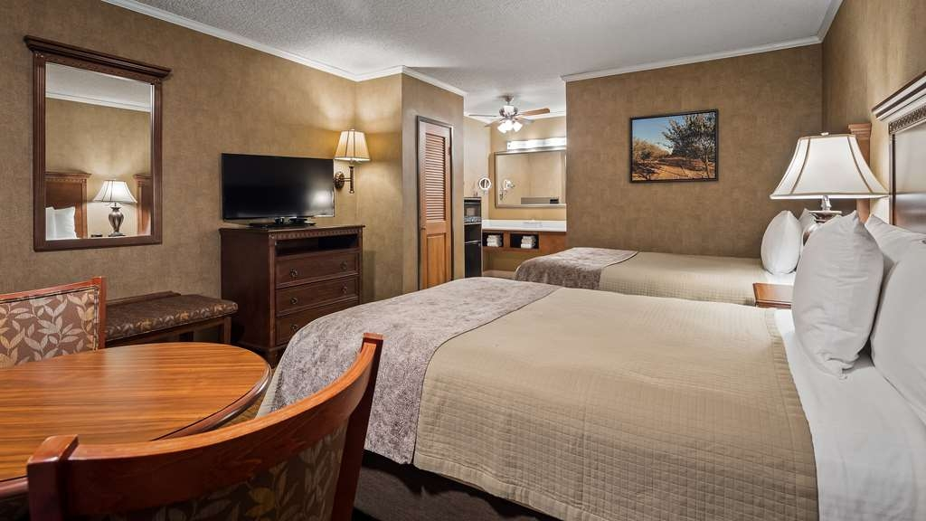 Best Western Plus Black Oak - Standard two doubles in building 2 offers an activity table with two chairs as well as new bedding and furnishings. All guest rooms feature single cup coffee makers, refrigerators and microwaves.