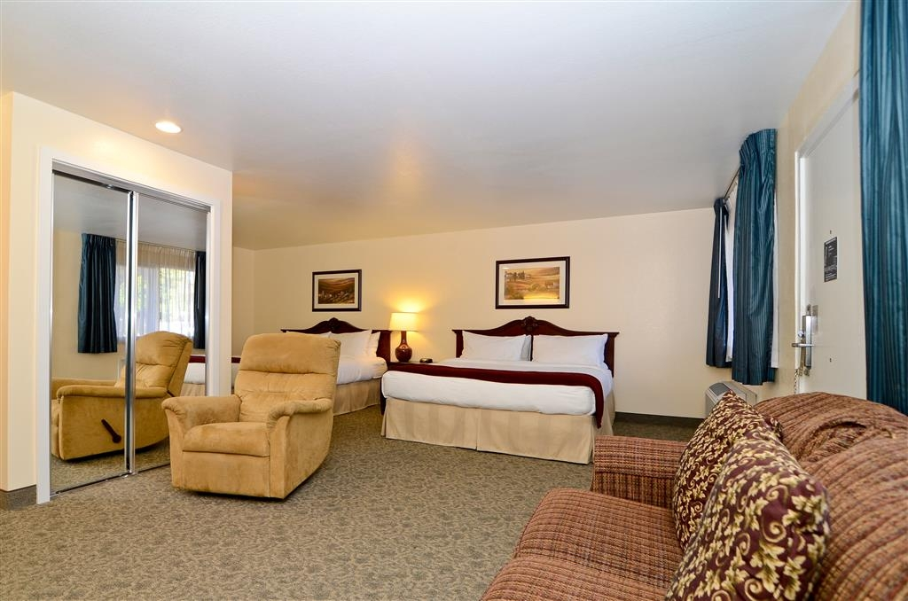 Best Western Petaluma Inn - Upgrade yourself to our over sized king guest room featuring a wet bar and sofa for added comfort during your stay.