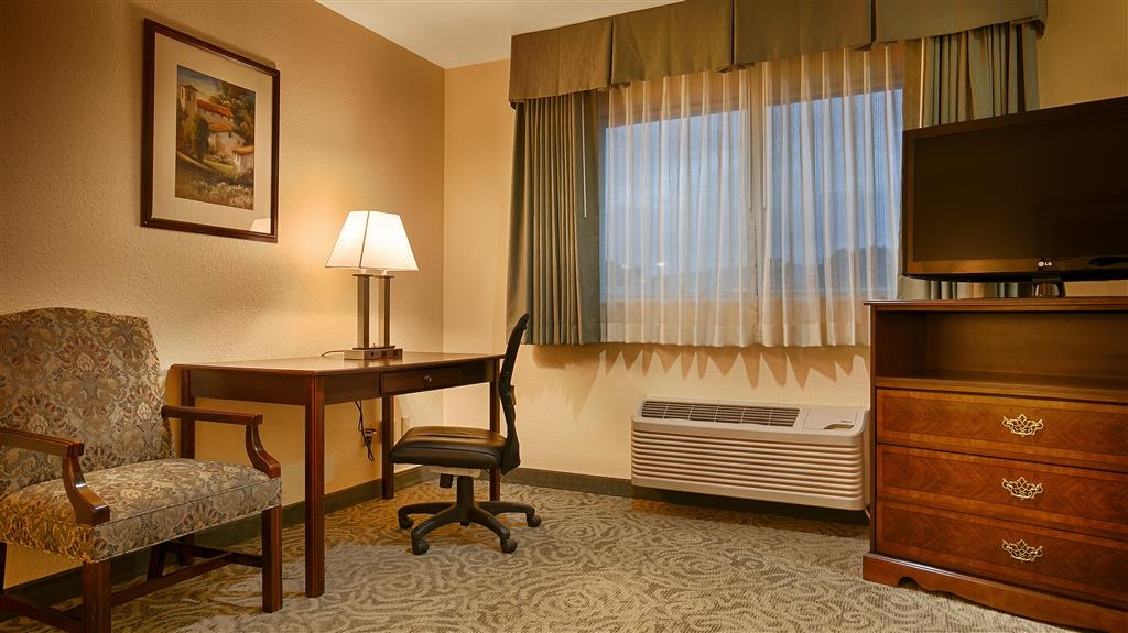 Best Western Petaluma Inn - Be productive in the comfort of your own room with a large work desk and free WiFi access.