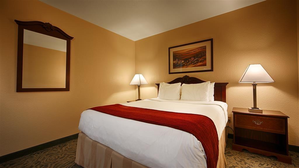 Best Western Petaluma Inn - Schlüpfen Sie ins Bett, und sehen Sie Ihre Lieblingssendung in unserem Gästezimmer mit Kingsize-Bett.