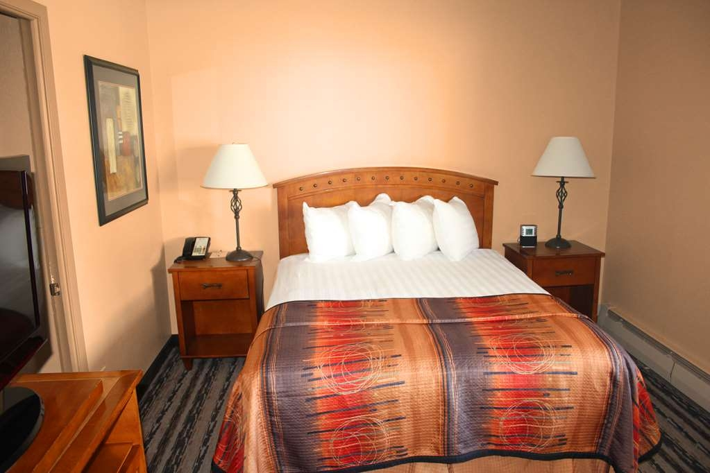 Best Western Sunset Inn - 3 Queen Beds, 2 Rooms