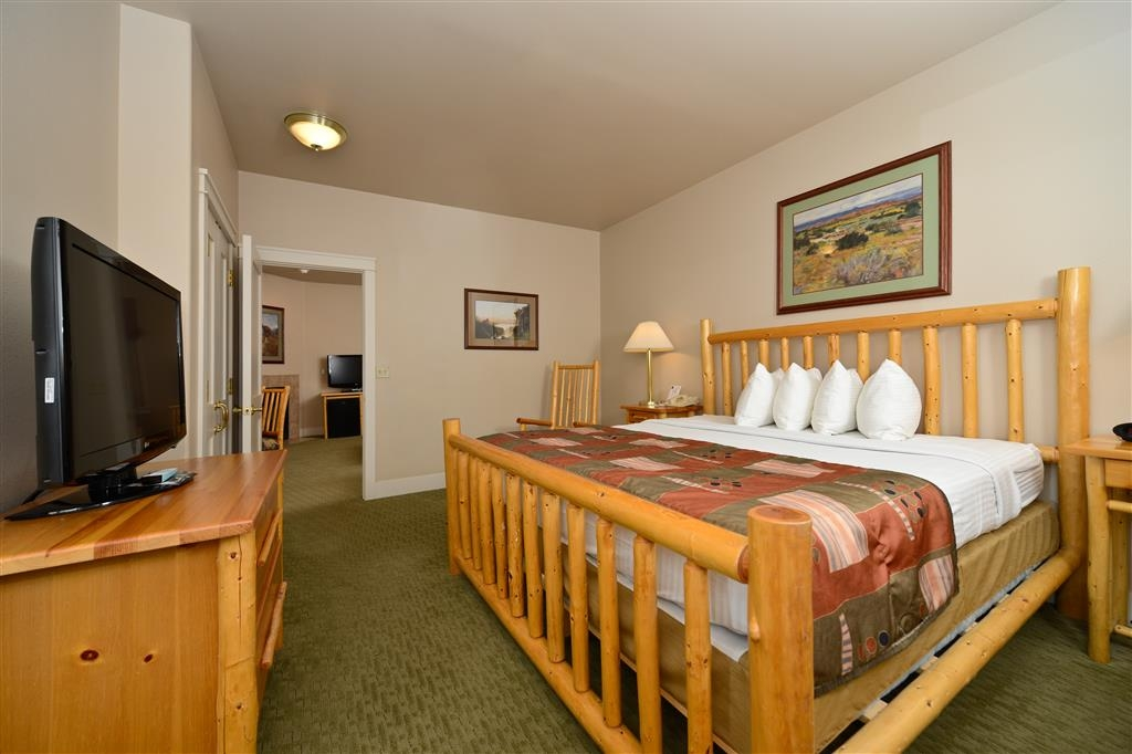 Best Western Plus Plaza Hotel - Our king suites offer a bedroom with a separate living room, perfect for families.