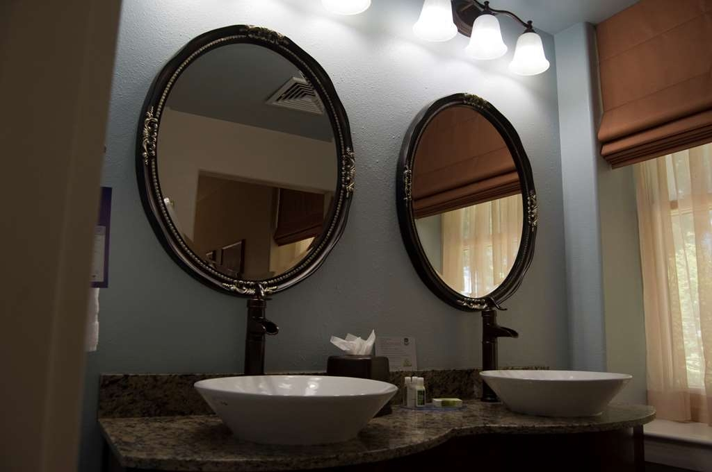 Best Western Plus Plaza Hotel - Our spacious bathrooms bring comfort and style to the forefront.