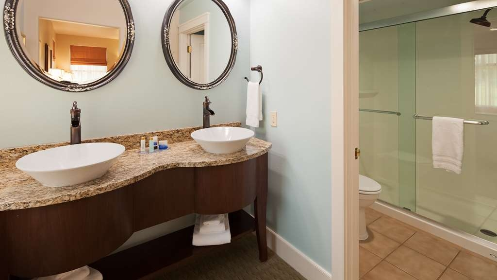 Best Western Plus Plaza Hotel - Our newly updated bathrooms offer comfort and convenience.