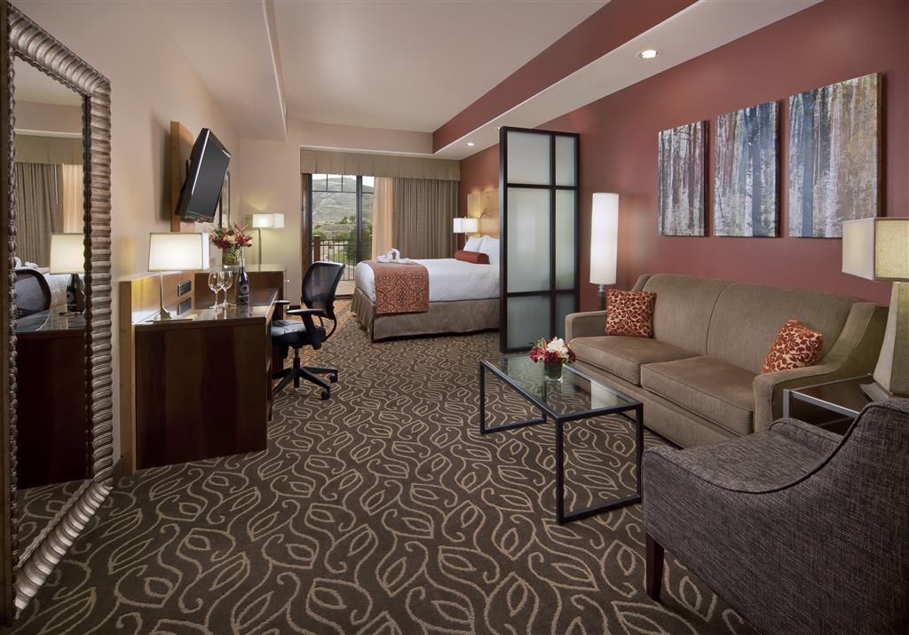 Best Western Premier Ivy Inn & Suites - Mini suite with king bed and a balcony with a mountain view.