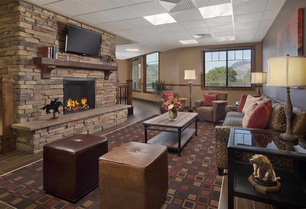 Best Western Premier Ivy Inn & Suites - If you're here in the winter, keep warm by the fireplace in our hotel lobby.
