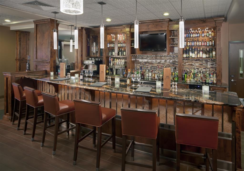 Best Western Premier Ivy Inn & Suites - Enjoy a refreshing drink in our lounge.