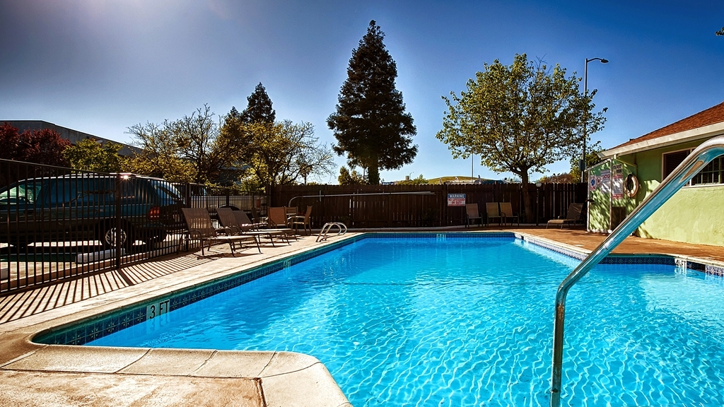 Best Western Heritage Inn - You'll immediately feel the beneficial effects on both your body and mind in our outdoor pool.