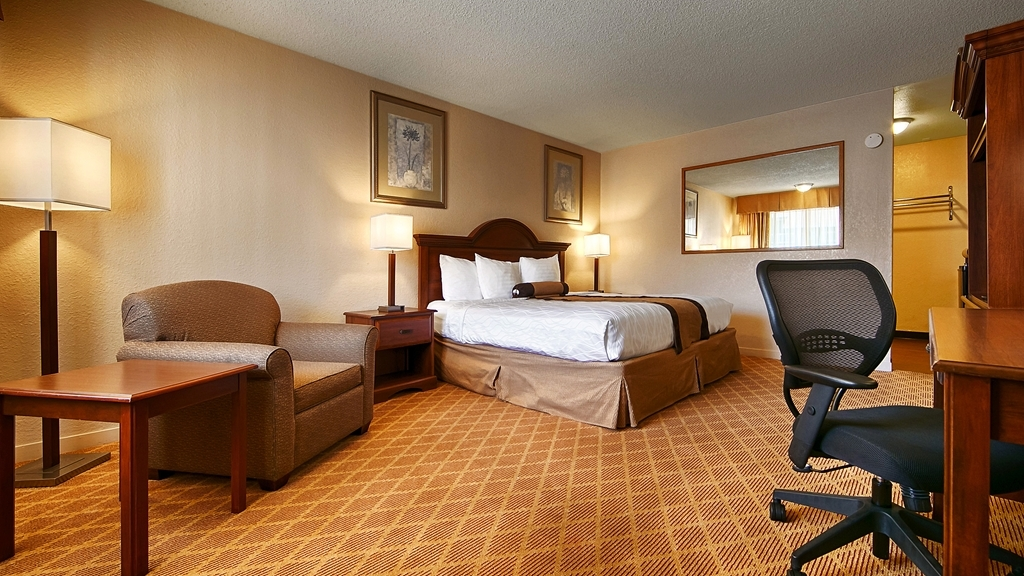 Best Western Heritage Inn - Pull back the covers, hop in and catch your favorite TV show in our King Guest Room.