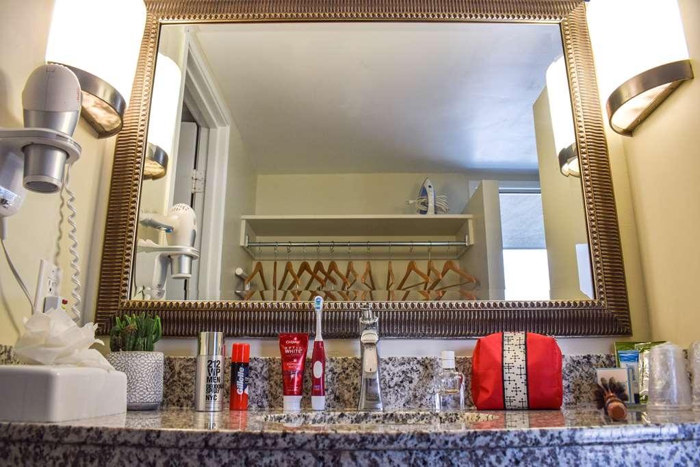 Best Western Beachside Inn - Guest room bathroom.