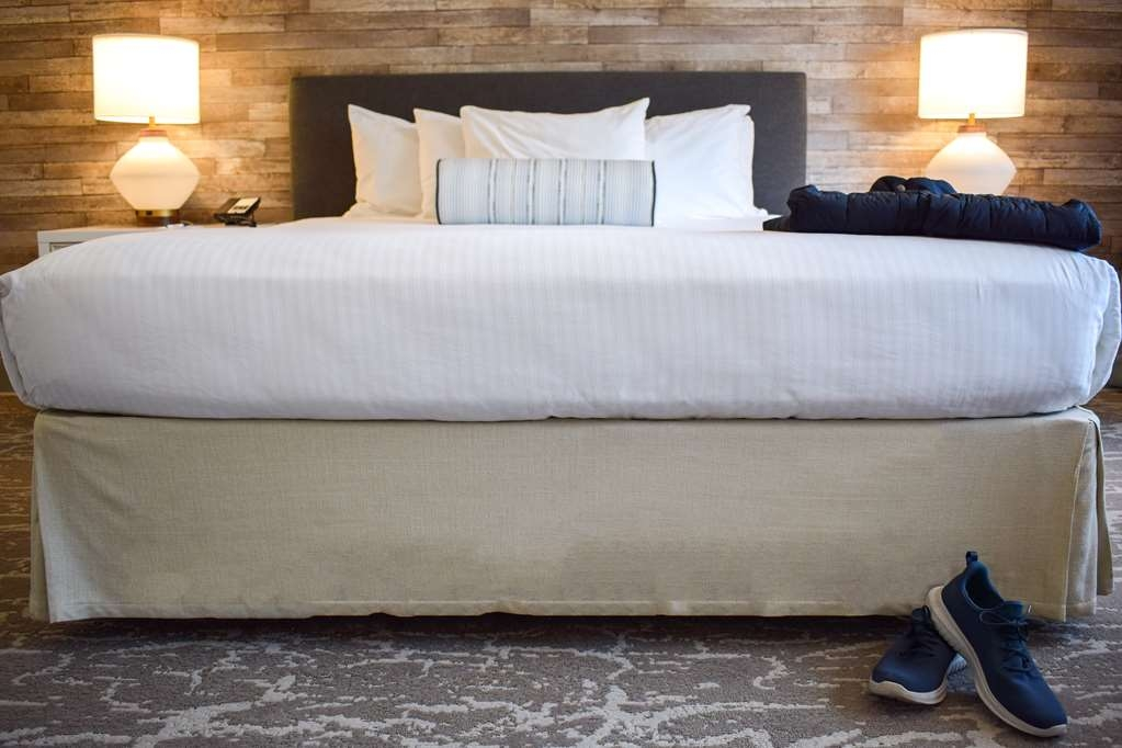 Best Western Beachside Inn - Wake up feeling recharged after a good night's rest in this King size bed.