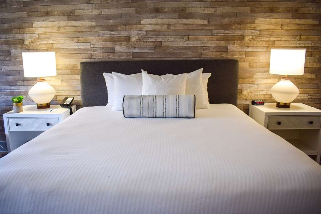 Best Western Beachside Inn - Get a good night's rest in this plush and comfortable King size bed.