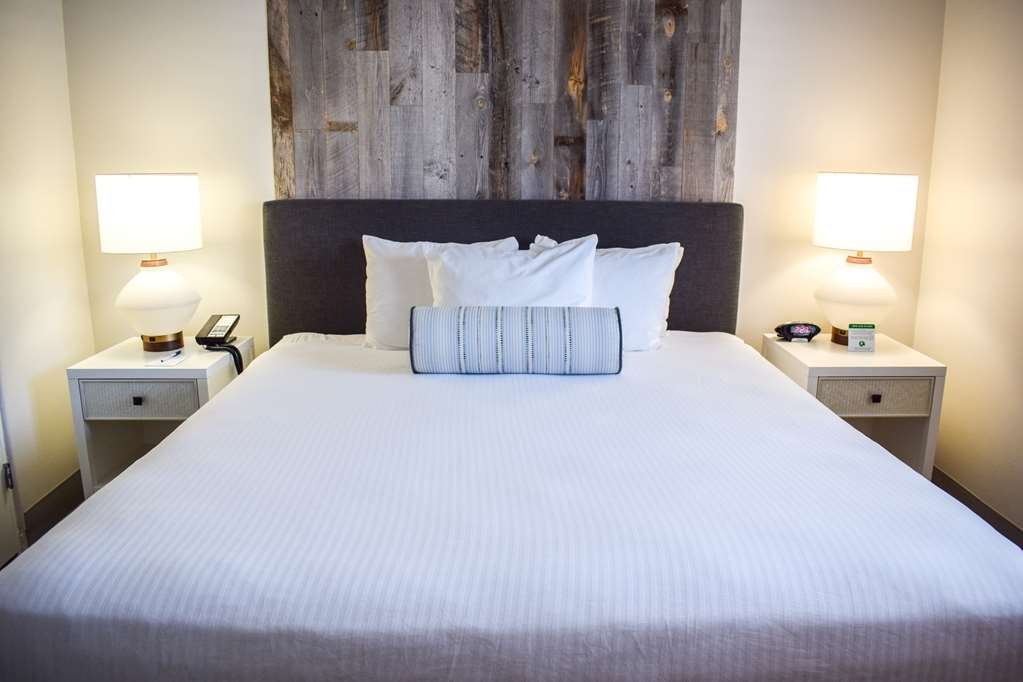 Best Western Beachside Inn - Get a good night's rest in this plush and comfy King size bed.