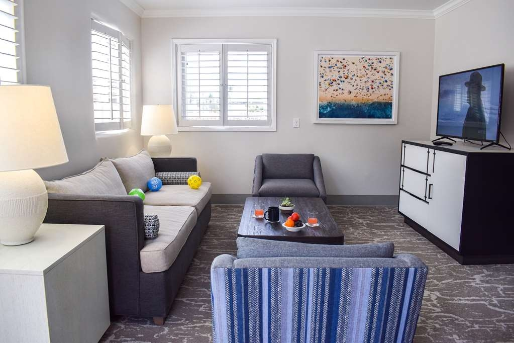 Best Western Beachside Inn - Relax in this suite's luminous and spacious living-room and have some guests over for a private wine tasting or a business meeting.