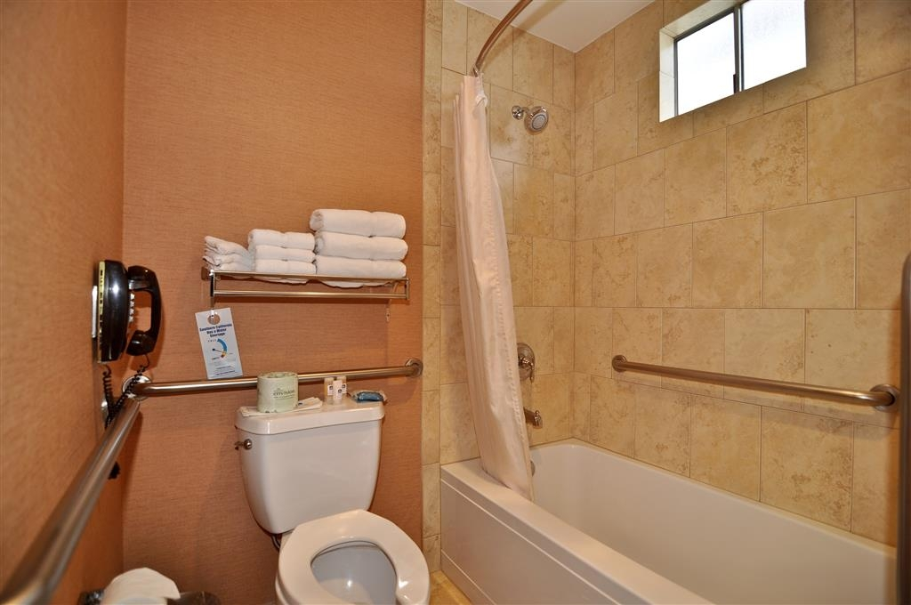 Best Western Plus Stovall's Inn - Guest Bathroom