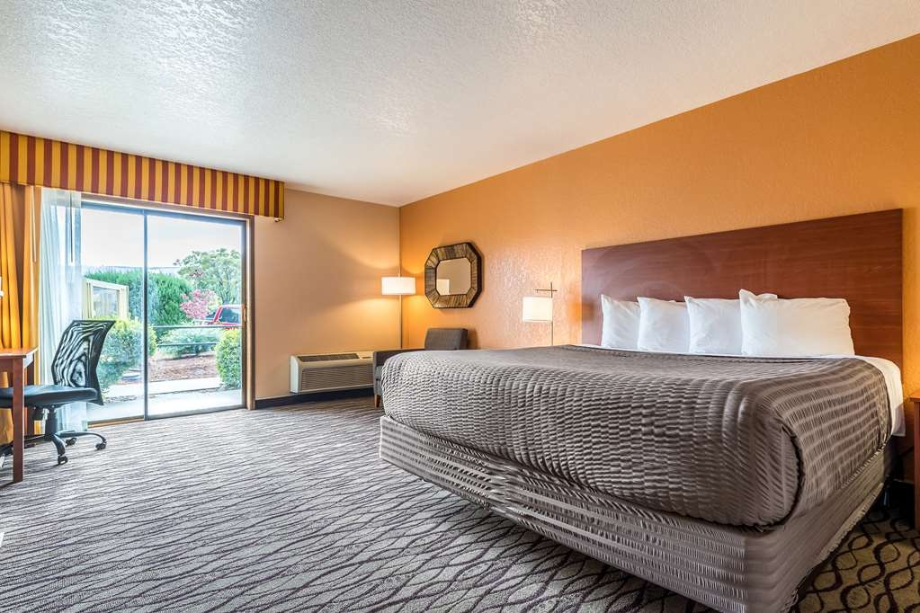 SureStay Hotel by Best Western Wenatchee - No better way to enjoy your bleisure vacation than our king room featuring a pool view.