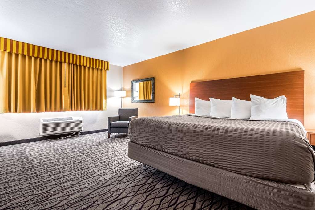 SureStay Hotel by Best Western Wenatchee - Stretch out and relax in this king room featuring a microwave and mini fridge.