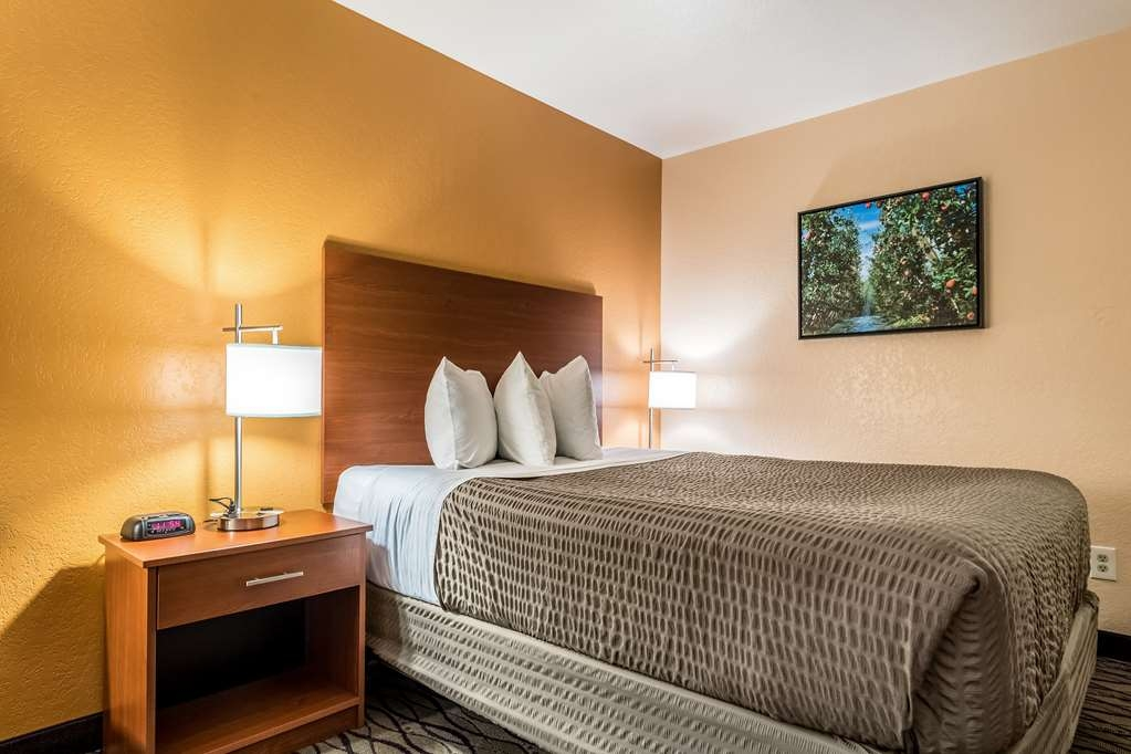 SureStay Hotel by Best Western Wenatchee - This queen room is waiting your arrival featuring a microwave and mini fridge.