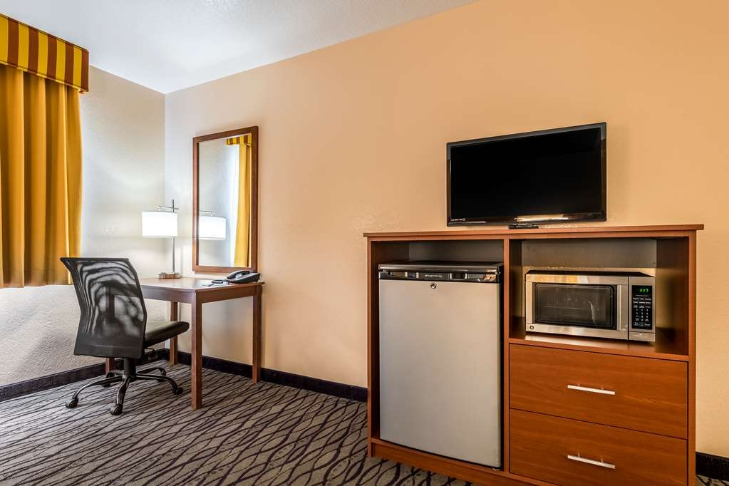 SureStay Hotel by Best Western Wenatchee - This room is equipped with a microwave and a refrigerator for your snacking needs.
