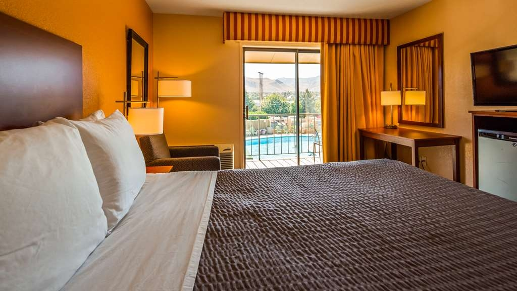 SureStay Hotel by Best Western Wenatchee - At the end of a long day, relax in our clean, fresh queen poolview room.