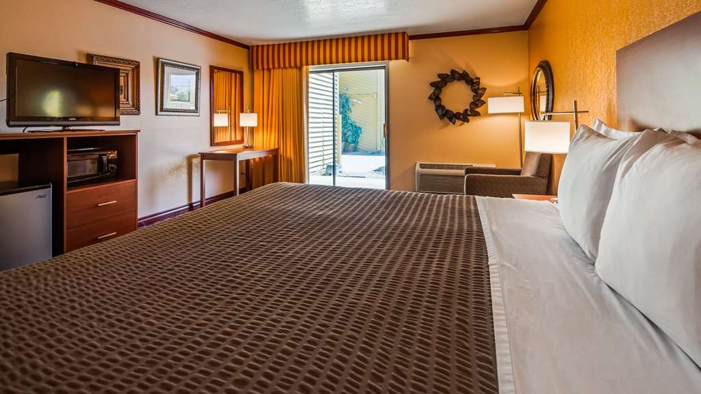 SureStay Hotel by Best Western Wenatchee - All of our king rooms are equipped with a microwave, refrigerator, flat screen TV, lounge chair, poolview and free Wifi.