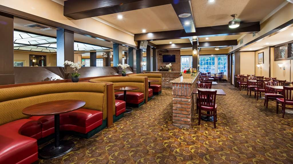 SureStay Plus Hotel by Best Western Reno Airport - Our Plaza Court offers intimate dining for couples and smaller groups.