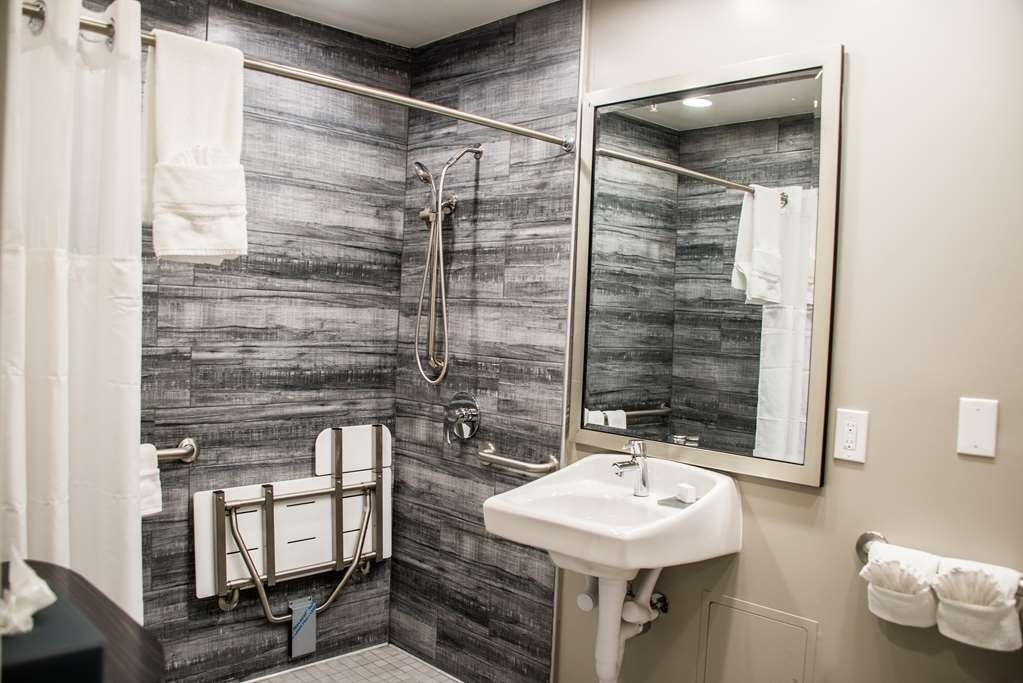 SureStay Plus by Best Western Santa Clara Silicon Valley - If you need a 2 queen accessible bedroom with a roll in shower please inquire directly.